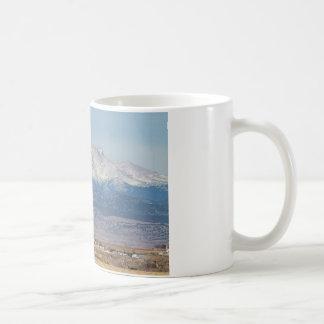 El pozo de petróleo Pumpjack y la nieve sacada el  Taza De Café
