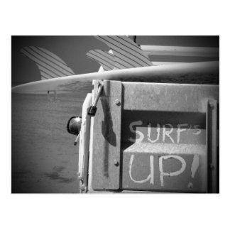 El practicar surf ascendente de la resaca de la postal