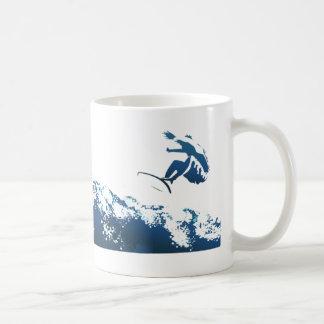 El practicar surf de la estela taza de café