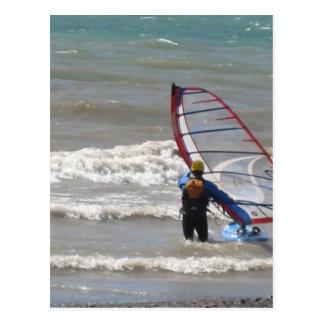 el practicar surf del agua-viento postal