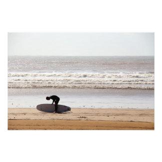El practicar surf fotografías