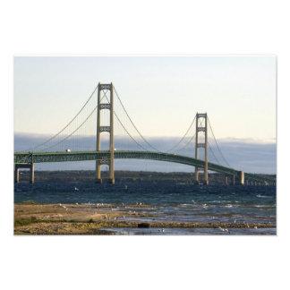 El puente de Mackinac que atraviesa los estrechos  Fotografía