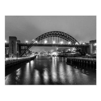 El puente de Tyne en la noche Postal