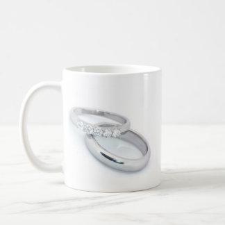 Él puso un anillo en It/save la fecha Taza De Café