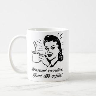 El reclutador inmediato, apenas añade el café taza de café