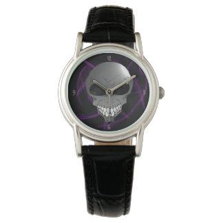 El reloj de la mujer extranjera gris