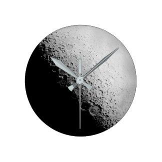El reloj de pared redondo de la luna el |