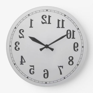 El revés numera el reloj de pared
