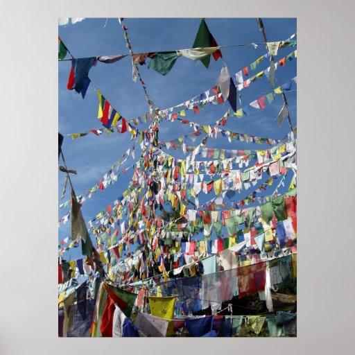 El rezo budista tibetano señala la foto por medio póster
