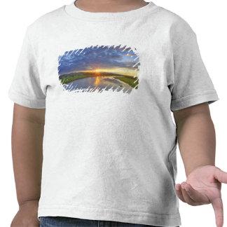El río del polvo coge la luz pasada en Custer Camiseta
