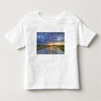 El río del polvo coge la luz pasada en Custer Camisetas