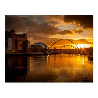 El río Tyne en la puesta del sol Postal