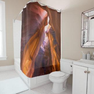 El rojo de la cueva oscila la cortina de ducha de