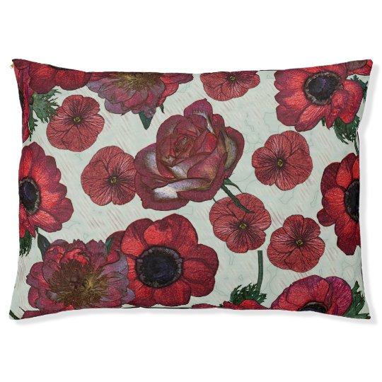 El rojo florece la cama al aire libre del perro -