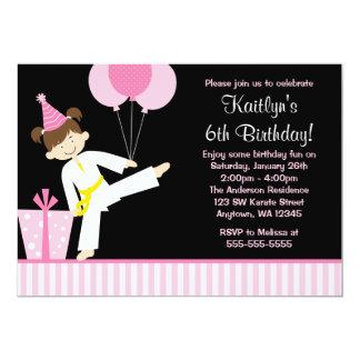 El rosa hincha cumpleaños del chica del karate del invitación 12,7 x 17,8 cm