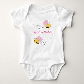 El rosa manosea cumpleaños de la abeja body para bebé