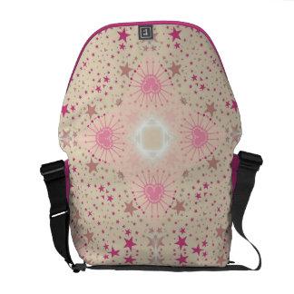 El rosa moderno del chica protagoniza la bolsa de  bolsas de mensajería