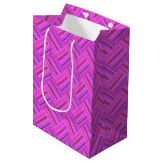 El rosa raya el modelo diagonal de la armadura bolsa de regalo mediana