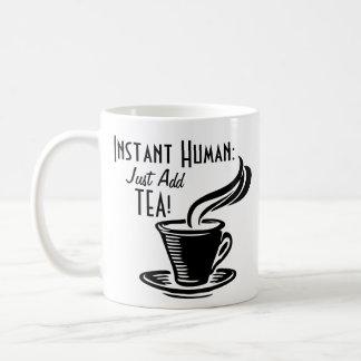 El ser humano inmediato apenas añade té taza de café