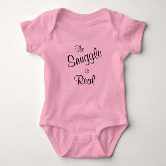 El Snuggle es camiseta de una pieza de los rosas