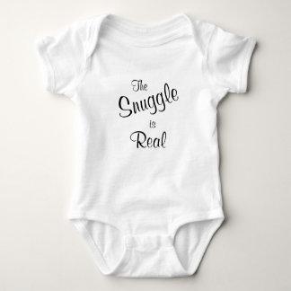 El Snuggle es camiseta de una pieza del bebé real