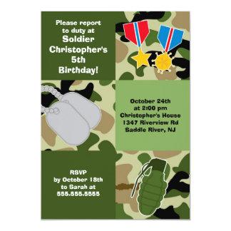 El soldado del camuflaje del ejército embroma a la invitación 12,7 x 17,8 cm