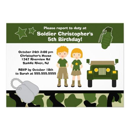 El soldado del camuflaje del ejército embroma a la invitacion personal