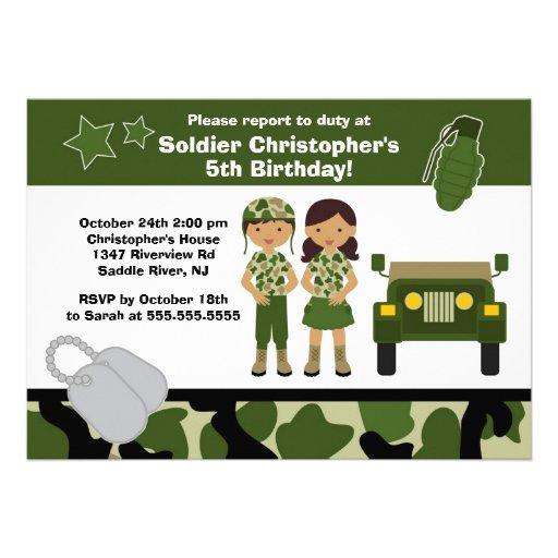 El soldado del camuflaje del ejército embroma a la comunicados