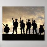 El soldado siluetea el poster