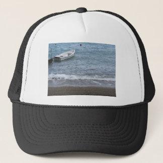 El solo barco de rowing amarró en un puerto en el gorra de camionero