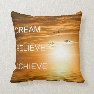 el sueño cree alcanza cita de motivación cojín decorativo