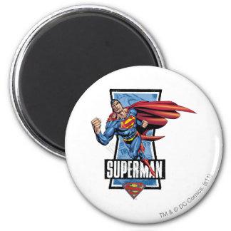 El superhombre balancea cerca imán para frigorífico
