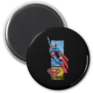 El superhombre salta para arriba con el logotipo imán de nevera