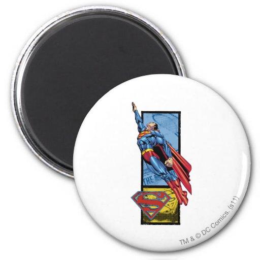 El superhombre salta para arriba con el logotipo iman de nevera