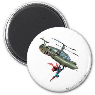 El superhombre sostiene el helicóptero imán redondo 5 cm