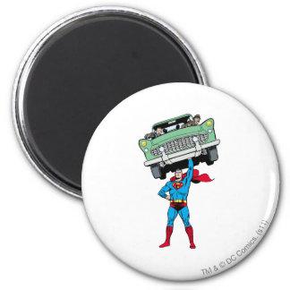 El superhombre sostiene un coche iman de nevera