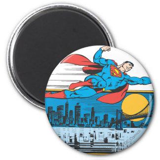 El superhombre vuela a través de ciudad imán redondo 5 cm