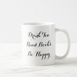 El té de la bebida leyó los libros sea taza de