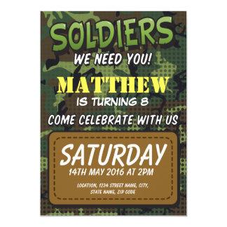 El tema cómico del camuflaje del ejército embroma invitación 12,7 x 17,8 cm