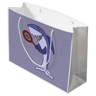 El tiburón divertido está jugando a tenis bolsa de regalo grande
