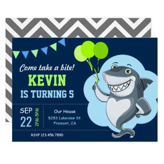 El tiburón lindo embroma la invitación de la