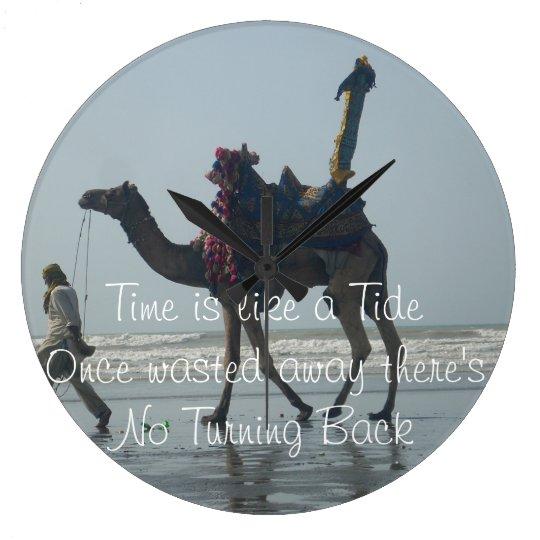 El tiempo es como una marea perdida una vez allí reloj redondo grande