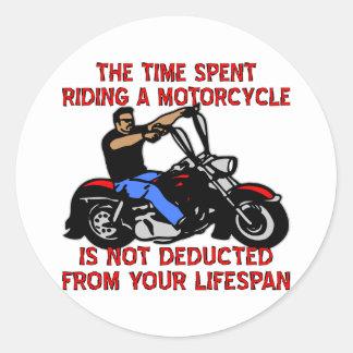 El tiempo pasado montando una motocicleta no se de etiqueta redonda