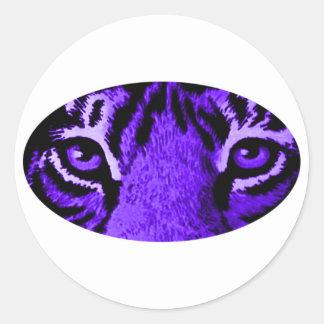 El tigre púrpura observa jGibney El MUSEO Zazzle Pegatina Redonda