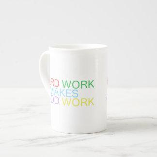 El trabajo duro hace el buen trabajo taza de té