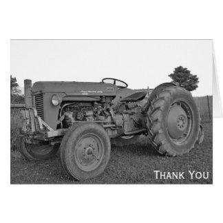 El tractor antiguo en blanco y negro le agradece tarjeta pequeña