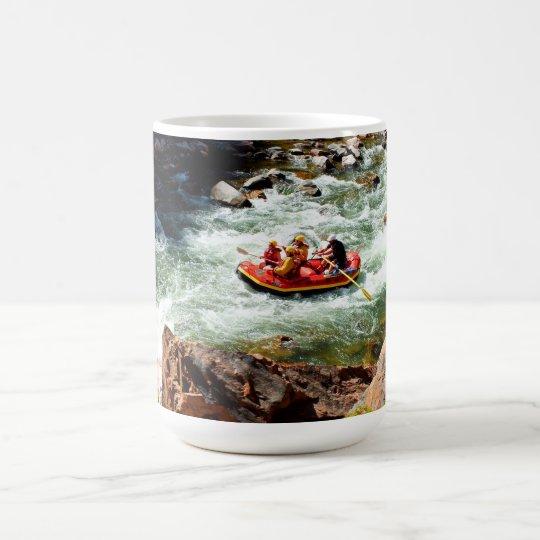 El transportar en balsa del agua blanca taza de café