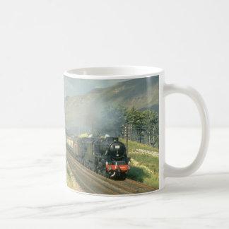 El tren por último vapor-acarreado del ferrocarril tazas