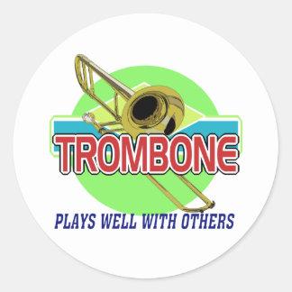 El Trombone juega bien Etiqueta Redonda