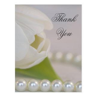 El tulipán y las perlas blancos le agradecen postal